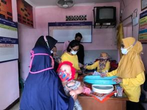 Mahasiswa Program Studi Kesehatan Masyarakat Program Sarjana Kunjungan Posyandu Cempaka RW 05 Kelurahan Bojong Pondok Terong