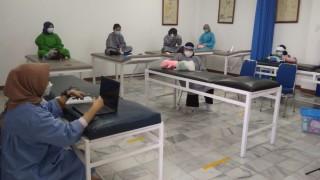 Mahasiswa Program Studi Fisioterapi Program Diploma Tiga Praktikum Matakuliah Pediatrik