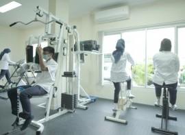 Fisioterapi_menggunakan_Treadmill,_Peck_Deck_Fly,_dan_Sepeda_Statis.jpg